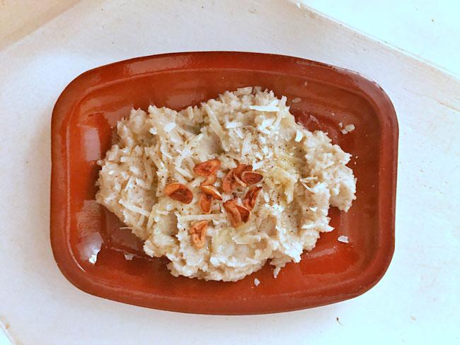 Crème van topinamboer, gefrituurde knoflook en parmezaanse kaas