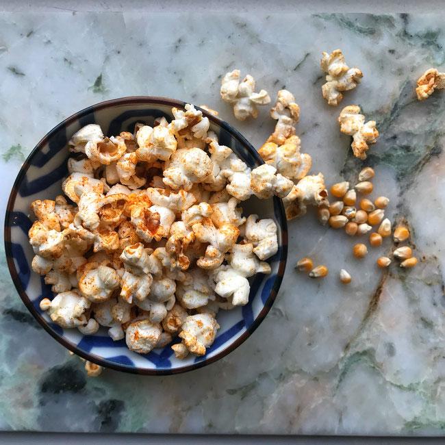 Popcorn met zeezout, chilipoeder en gerookte paprikapoeder