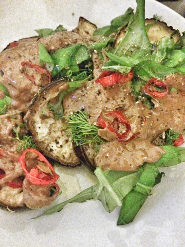 Gegrilde auberginesalade met verse groene kruiden en yoghurt dressing