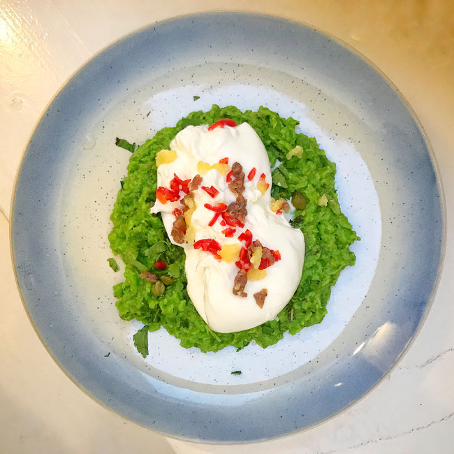 Burrata op een avocado-doperwtenpuree
