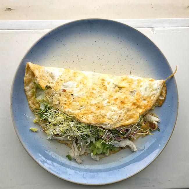 Aziatische ei wrap met kip, avocado en kiemen