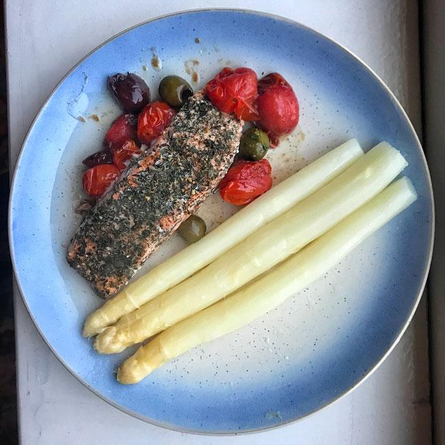 Asperges met zalm in tijm met olijven en tomaatjes uit de oven