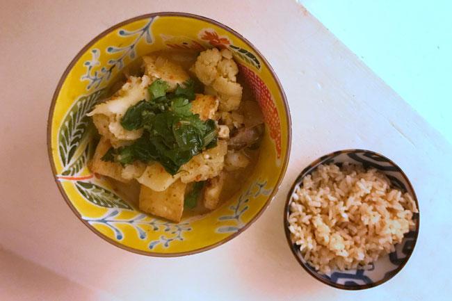 Thaise stijl groene curry met tofu en groenten