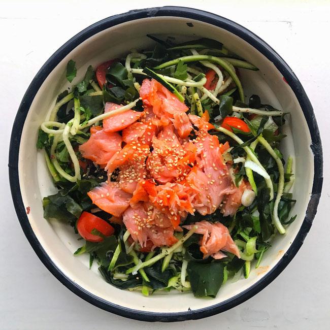 Aziatische courgette noodles met warm gerookte zalm en zeewier
