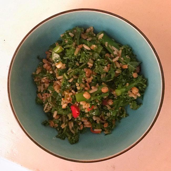 Wilde rijst, spelt salade met bimi, boerenkool en een sojadressing