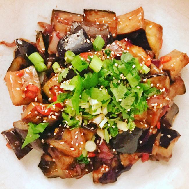Szechuan style spicy aubergine met verse kruiden