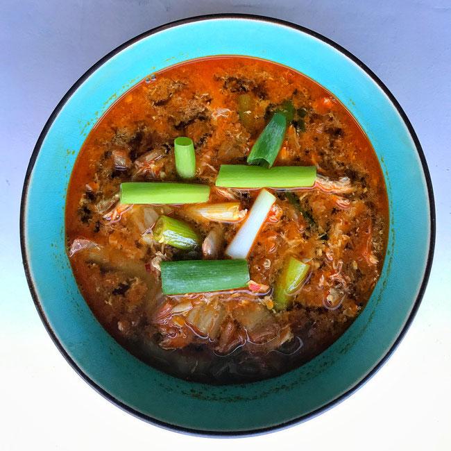 Spicy Koreaanse kippensoep met bosui en een eitje