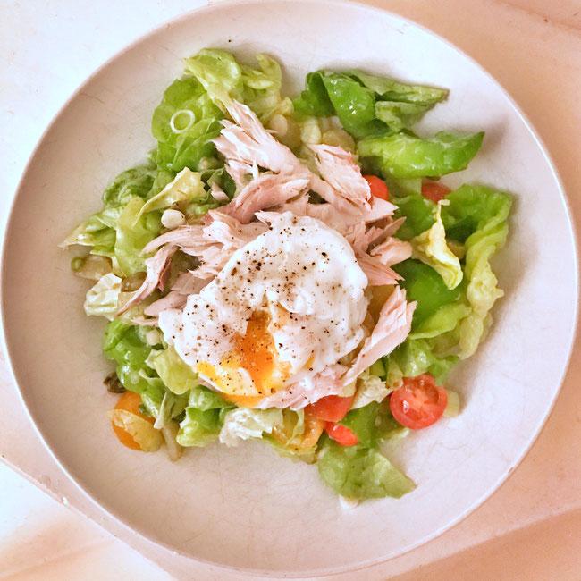 Salade met makreel en een gepocheerd eitje