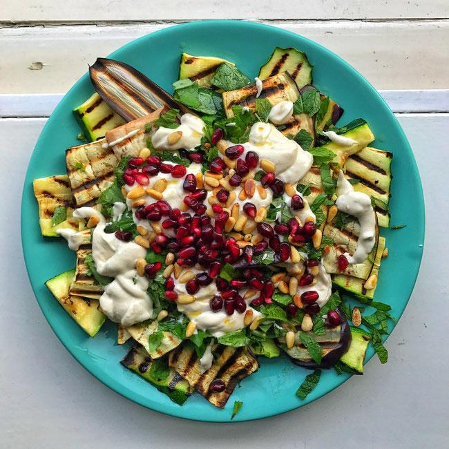 Gegrilde groenten met een yoghurt tahin sausje