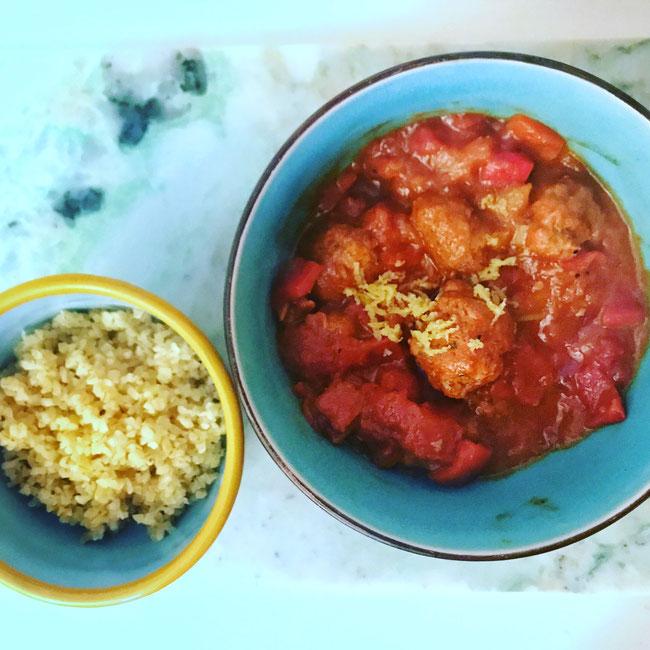 Merguez gehaktballetjes in een tomaten, geroosterde paprikasaus met bulgur