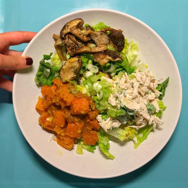 Herfstsalade met pompoen, paddenstoelen en pulled chicken