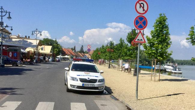 Полиция бдит на набережной, в любимом туристами городке Сентендре