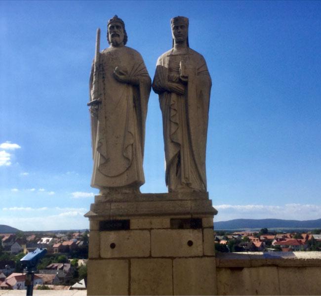 Пямятник королю Иштвану и блаженной Гизелле, установленный в 1938 году в городе Веспрем, над обрывом крепостного холма