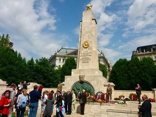 9 мая к монументу приходят наши соотечественники, с цветами и живыми венками.