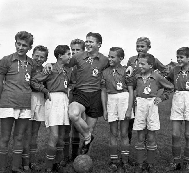 Ференц Пушкаш в окружении молодых фанатов