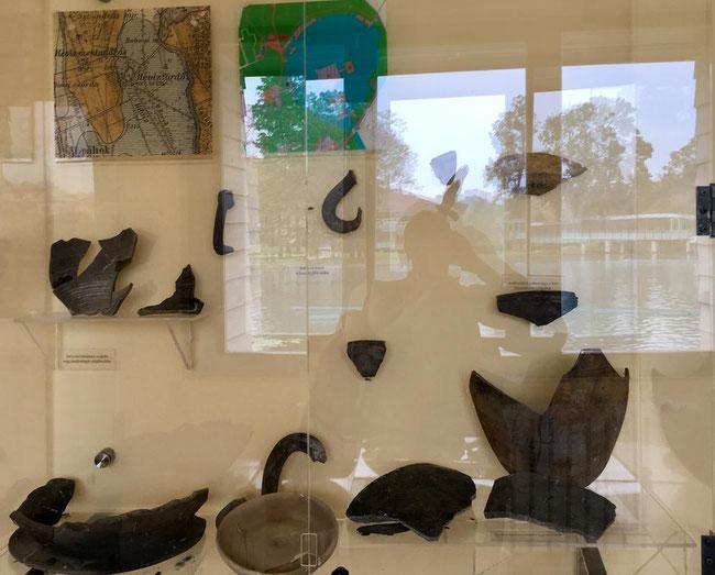 Найденные артефакты, один из стендов выставки истории озера