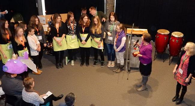 Die Kassette mit einem Betrag von 250,00 €, die dem Schülerteam übergeben wurde, soll eine Anerkennung für das große Engagement  sein. Die Gruppe wird den Betrag  mit ihrer Lehrerin Frau Anwald-Deisenhofer für eine kulinarische Feier verwenden.