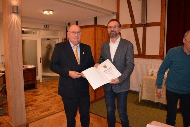Maik bekommt vom KSB Vorsitzenden Edmund Stolze für seine langjährige Vorstandsarbeit eine Auszeichnung