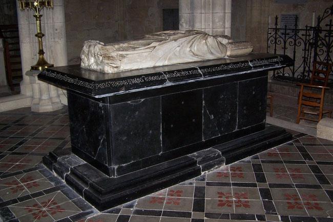 Gisant du pape Clément V dans la Collégiale d'Uzeste (Gironde). Temple de Paris