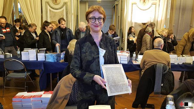 Simonetta Cerrini présente un fac-similé d'une bulle papale au salon Histoire de Lire à Versailles, le 24.11.2018.