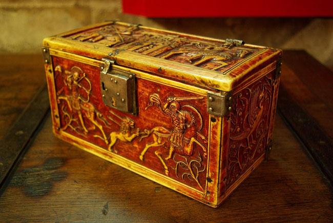 Coffret byzantin en ivoire pourpré - Trésor de la cathédrale de Troyes