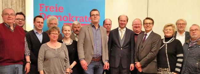 Die FDP-Kreistagsfraktion mit ihrem Vorsitzenden Markus Diekhoff (m.) will als Ergebnis der gemeinsamen Haushaltsklausur mit Landrat Dr. Olaf Gericke (6.v.r.) den Kommunen im Kreis finanziell entgegenkommen.