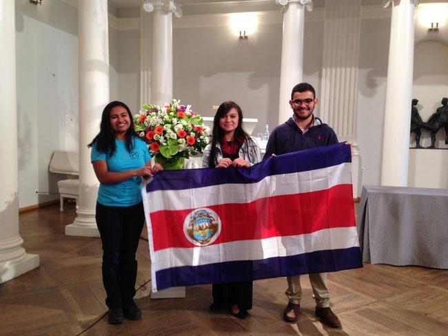 Profesora Gabriela Rangel, Alexandra Delgado y Mauricio Murillo en Auditorio de la Universidad de Tartu