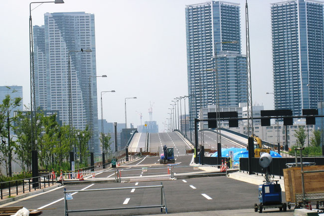 Toyosu Big Bridge, being open in December 2016, directly connected with Tsukiji Market via Harumi Island.