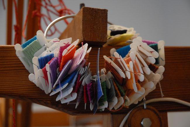 in de weverij vindt u een grote hoeveelheid verschillende soorten en kleuren katoen