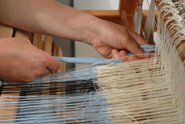 nieuwe kettindraden in een ander materiaal worden aan een oude ketting geknoopt, hiervoor gebruiken wij de weversknoop