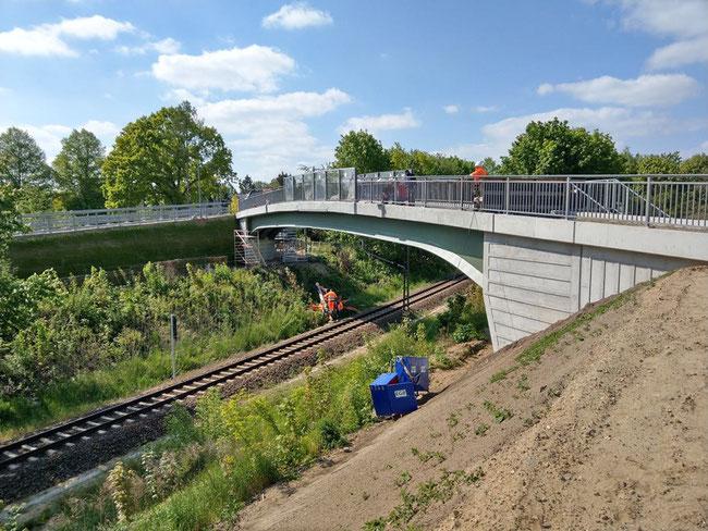 Die Waldbacher-Weg-Brücke in Biesdorf ist ab Donnerstag begehbar. © SenUVK
