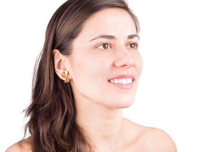 Die Ohrstecker TURN aus goldplattiertem Silber sind grazil und überraschend variabel. Das faszinierende Spiel macht sie spannend und verführerisch. Sie sind vortreffliche Begleiter: außergewöhnlich und stilvoll, gleichzeitig angenehm dezent.
