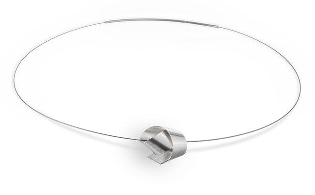 Bow Halsschmuck ist minimalistisch und doch raffiniert. ein langer, matter Silberstreifen wird um sich selbst gewunden zu einem Knoten und zieht alle Blicke auf sich