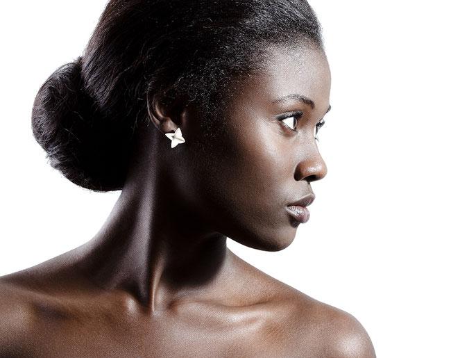 Die federleichten Ohrhänger BLOOM aus weißlich schimmerndem Silber erinnern an Sterne, Blüten und Papierfaltungen