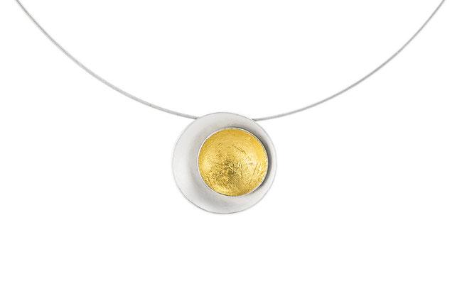 Aurea Halsschmuck aus weißlich schimmerndem Silber und sattgelb strahlendem Blattgold . Er ist durch seine dezente Größe der perfekte Begleiter im Alltag,  diskret verleiht er Ihrer Erscheinung die besondere Note.