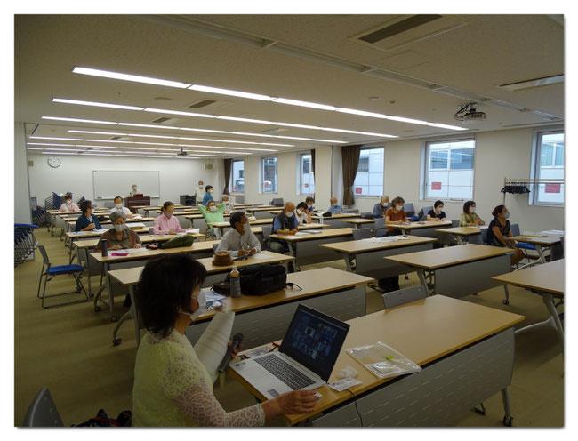 2つの講義室を使い間隔をあけて着席