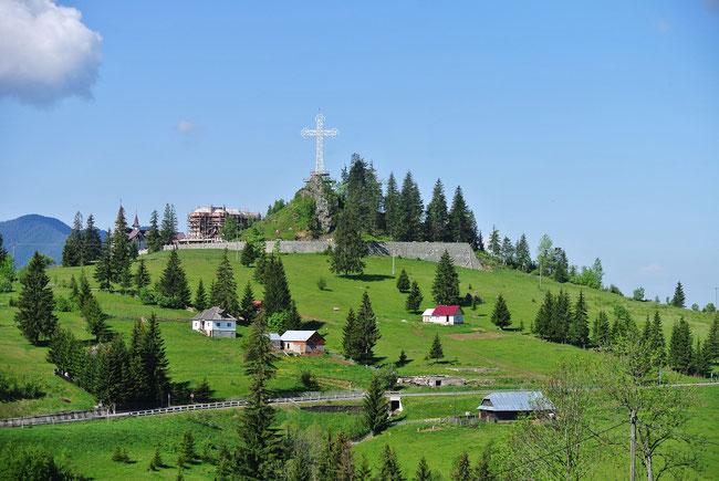 Auf der Fahrt über den Pasul Tihuta sieht man bei PiatraFântânele schon von weitem dieses riesige Kreuz.