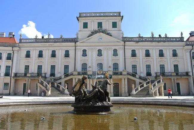 """Das Schloss Esterhazy in Fertöd wird auch gern als """"Verzailles Ungarns"""" bezeichnet."""
