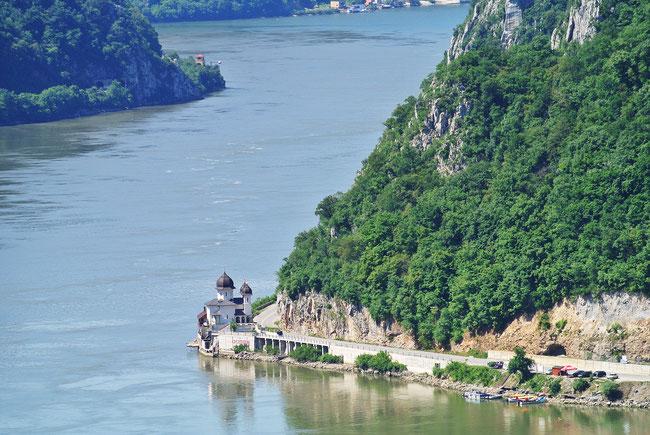 Das rumänische Kloster Mraconia am Eisernen Tor von serbischer Seite aufgenommen.