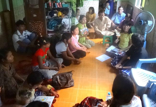 Réunion avec tous les membres de Rainbow lors de la visite d'une équipe de PASDB en Birmanie.
