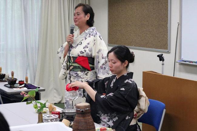 茶道体験。今回、日本の文化を体験し海外に伝えるためのプログラムとして茶道の講義(日本語、英語とも)と体験を行いました。写真は、茶会前に茶道の先生がレクチャーしている様子。