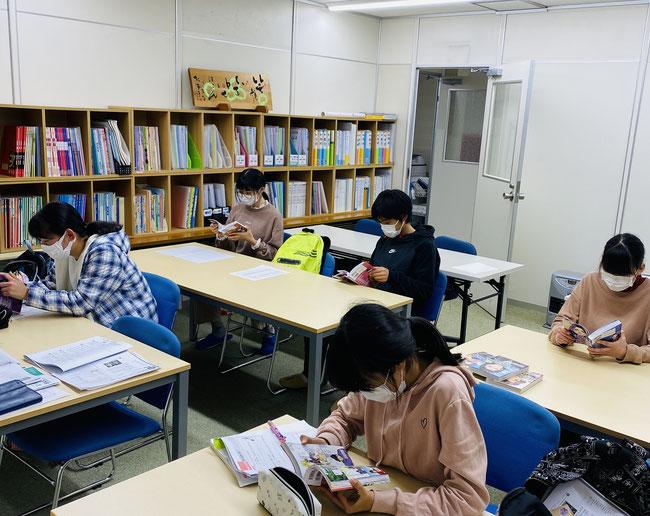 たまき塾|休憩時間に漫画で歴史を学ぶ中学1年生たち