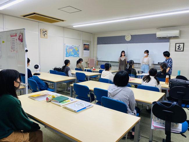 元真美ヶ丘中学のたまき塾卒業生から塾生(中学生)へアドバイスをしている風景