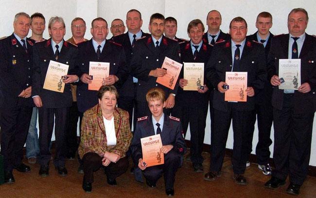 Unter Wehrleiter Ralf Pfeifer † (5.v.re.) wurde die Gunsleber Freiwillige Feuerwehr am Vorabend des 1. Mai 2007 ausgezeichnet.