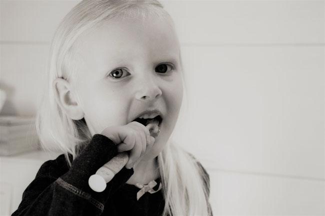 bambino che si spazzola i denti da solo