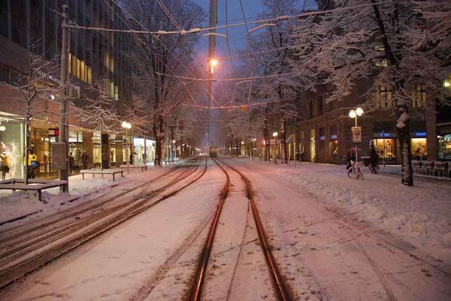 Beeilen Sie sich, wenn Sie in Zürich weisse Strassen sehen wollen. Schon rollt der Streuwagen an...