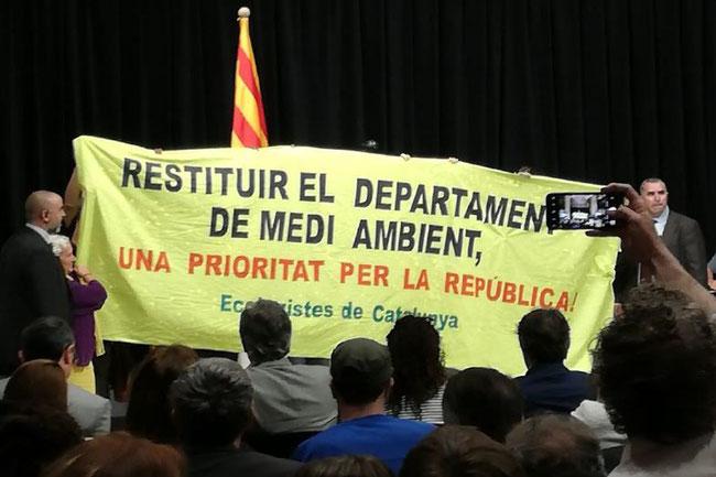 Acció reivindicativa de la federació Ecologistes de Catalunya durant l'acte institucional de celebració del dia mundial del Medi Ambient al Palau de la Generalitat, juny 2018.