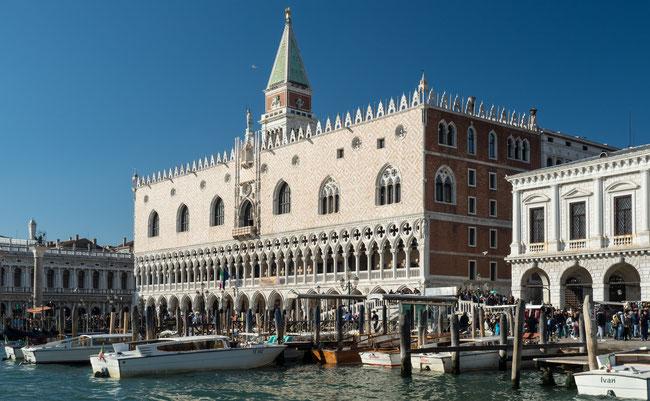 Bild: Der Dogenpalast von der Wasserseite aus. Venedig / Italien