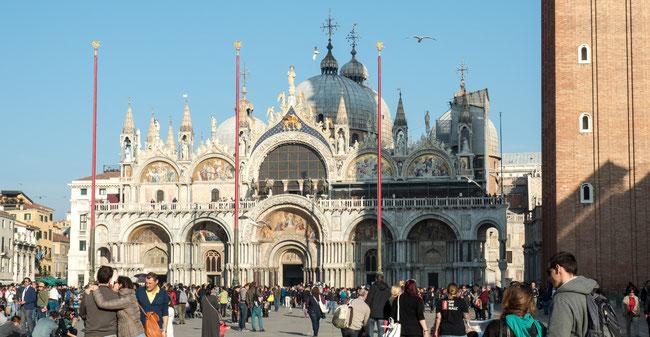 Bild: Die Markuskirche auf dem Markusplatz in Venedig