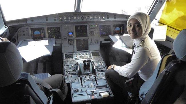 Bild: Das Cockpit einer Lufthansamaschine mit einer hübschen Co-Pilotin